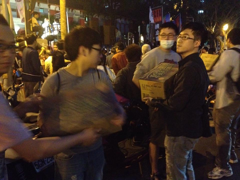 熱心民眾將物資送入立院。