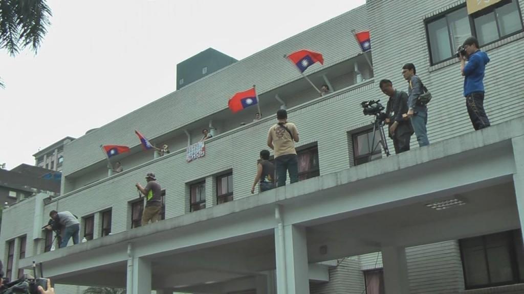 民眾倒掛國旗,表達國家民主已死。