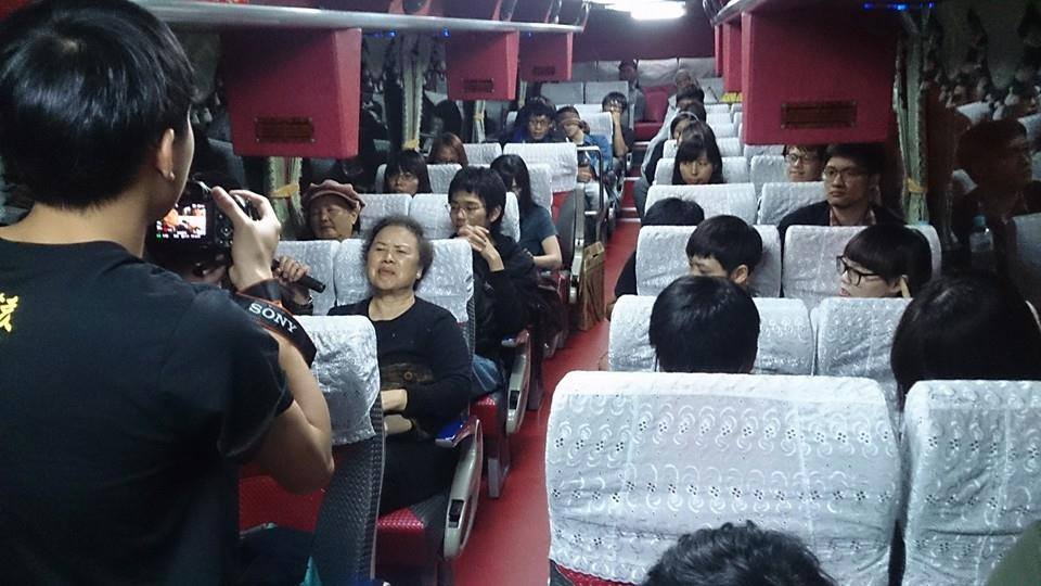 高雄民眾正搭夜行巴士北上聲援佔領立法院。