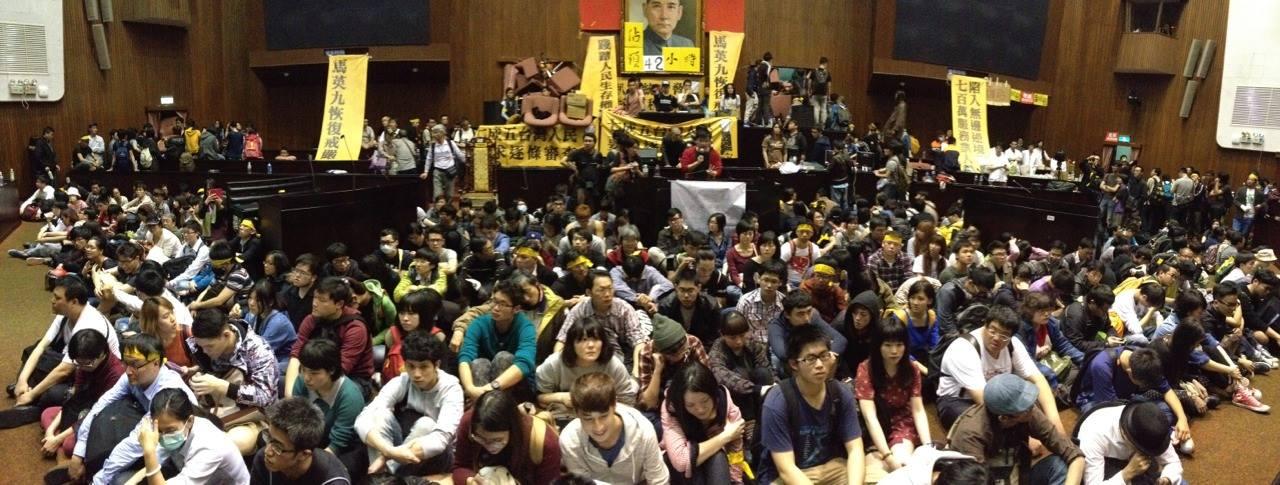 立院內部群眾現以梅花座(男女間隔圍坐)聚集在中間空地,並輔以教學如何和平面對警方行動。內部將於五分鐘後封鎖所有通道,禁止進出,全面準備抵擋警方可能的舉動。
