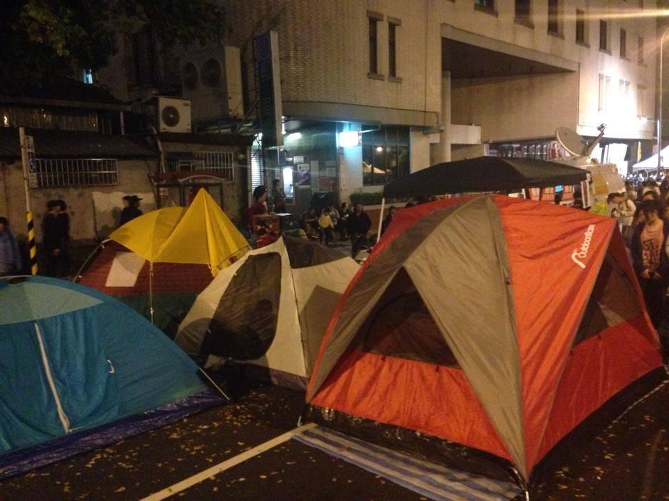 現場也搭起帳篷。