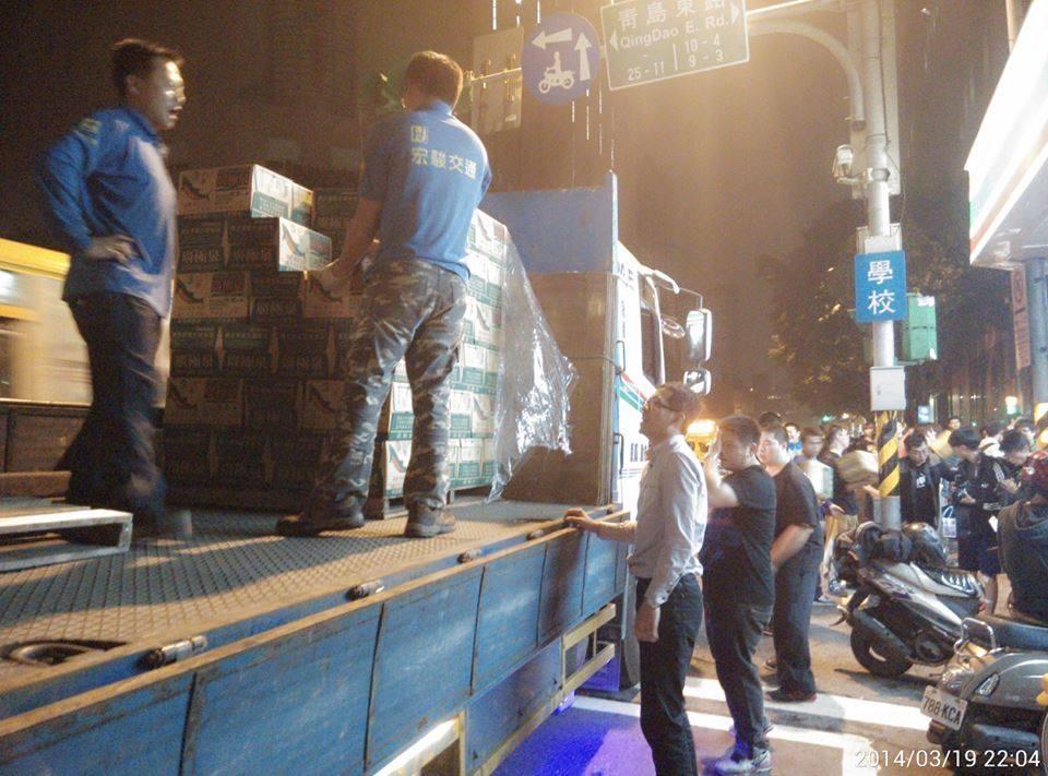 四位運匠大哥集資萬元,買了150箱礦泉水接力送進議場內。