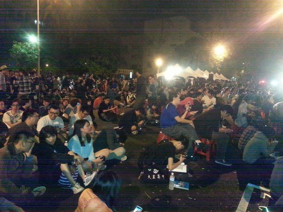 立院外頭越晚聚集越多的民眾,估計超過千位到場聲援,還有高中生背著書包在現場邊看書,精神令人感動。