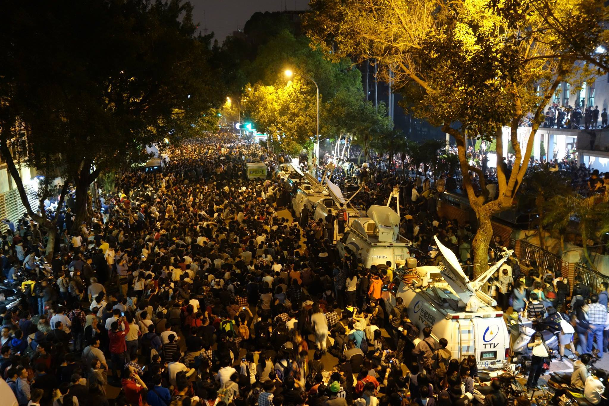 青島東路已聚集超過一萬名以上群眾。