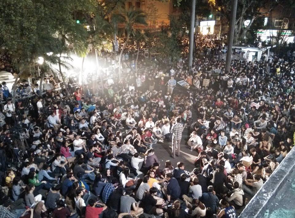 至深夜十二點人潮仍持續聚集,現場持續開講。