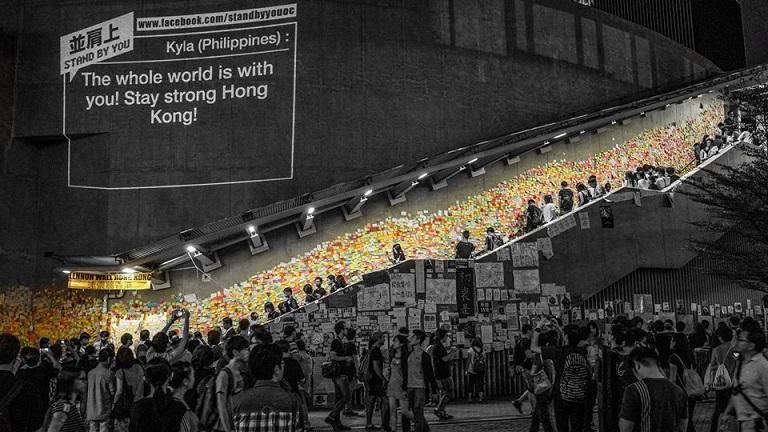 """圖二 / 由一名女中學生髮起設立""""民主牆"""",鼓勵民眾寫下心聲,現在金鐘民主牆已成為一道美麗的風景。 照片 / Patrick Cho、謎米香港提供"""
