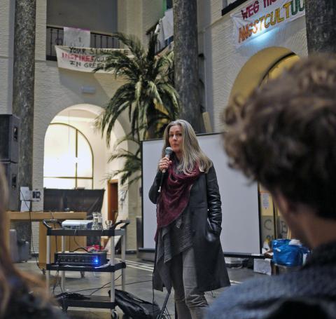 被學生佔領的Maagdhuis每天都不同的表演與學術活動,圖為鼓吹生態滅絕罪刑化的知名英國生態運動人士Polly Higgins到場為學生加油打氣,並發表關於生態滅絕的演說。(攝影:Agnes Poe)
