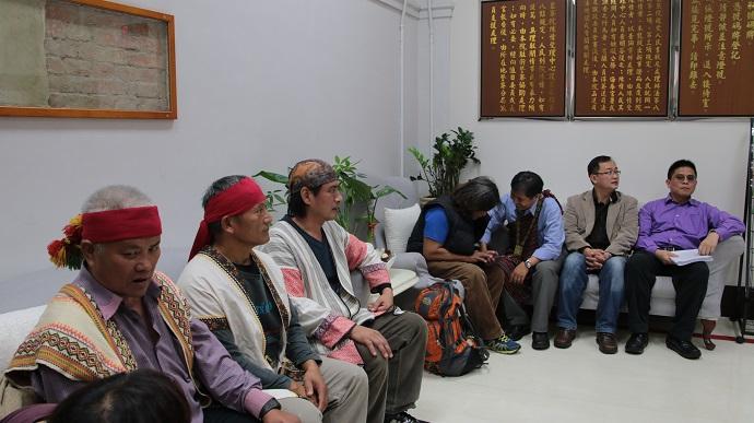 當事人Talum(左2)與族人進入監察院,準備陳情。