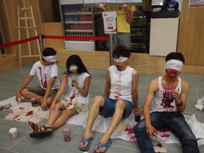 中大藝術系學生以行動劇抗議校方引進星巴克。圖/杯葛中大善衡書院Starbucks咖啡店