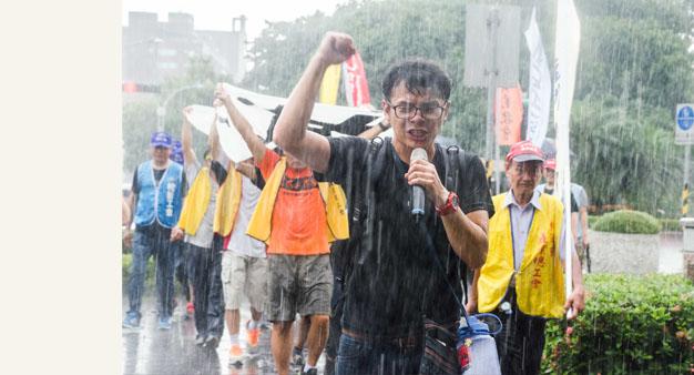 07勞團絕食抗議砍假和一例一休 行政院代表拒收陳情書