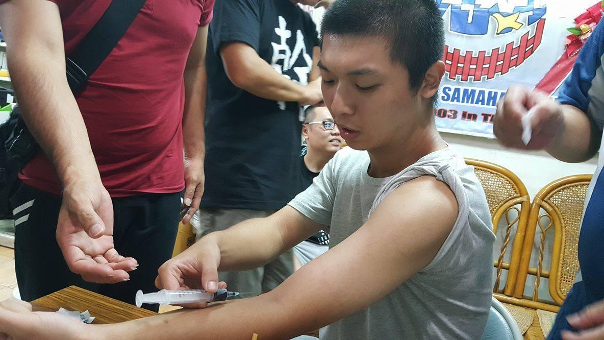 工鬥成員抽血完成血書。圖/取自「工人鬥總統」臉書